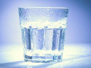 фото чистой воды в стакане