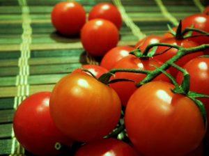 томаты на столе фото